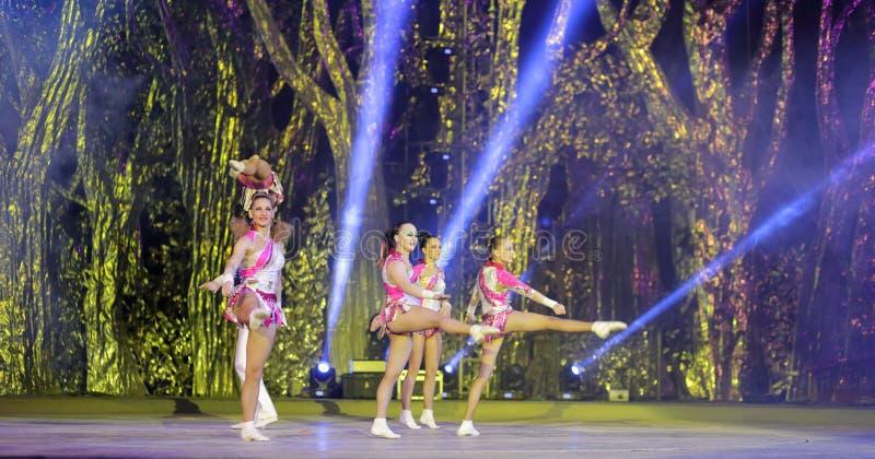 A dança acrobática imagens de stock