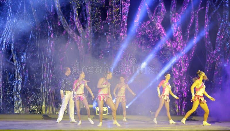 Dança acrobática na fase fotografia de stock