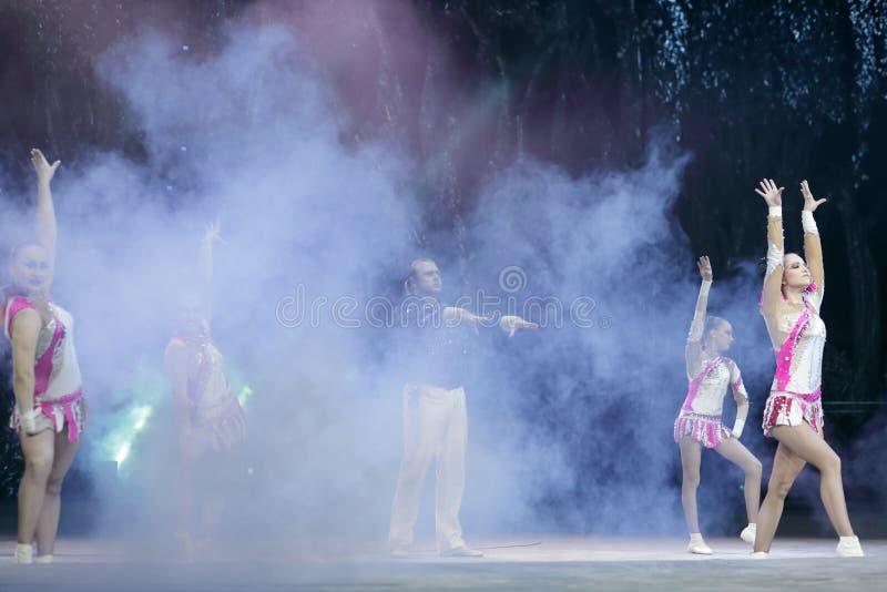 Dança acrobática no fumo fotos de stock