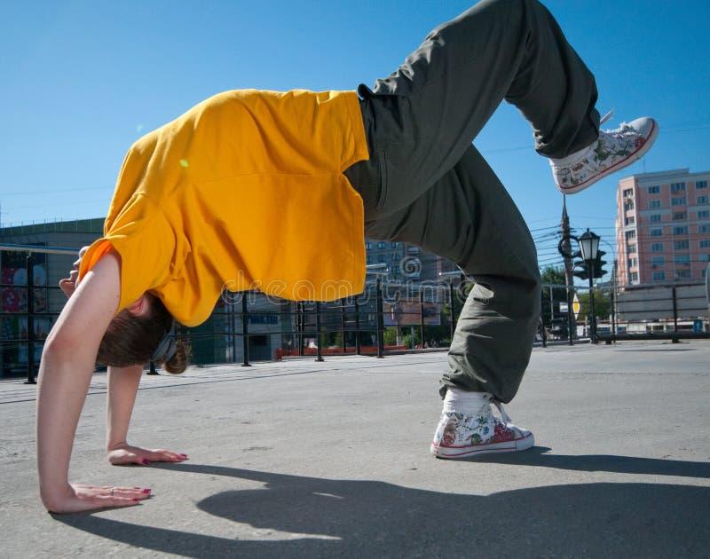 Dança adolescente da menina de hip-hop sobre a paisagem da cidade imagem de stock