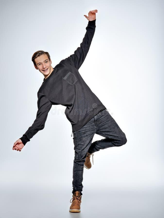 Dança adolescente do menino Adolescente vestido na roupa na moda preta imagens de stock royalty free