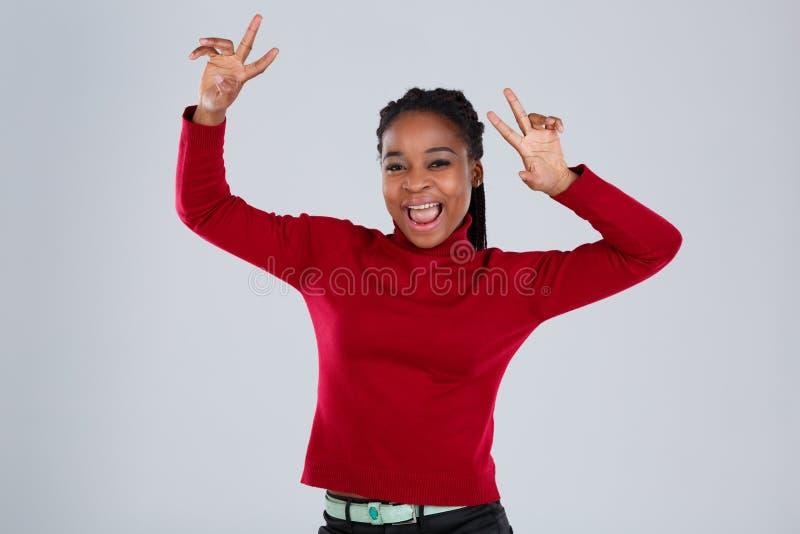 Dança afro-americano feliz da menina que levanta as mãos em cima imagens de stock royalty free