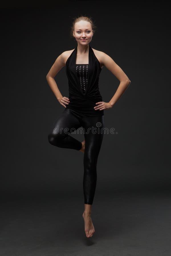Dança atrativa da jovem mulher foto de stock royalty free