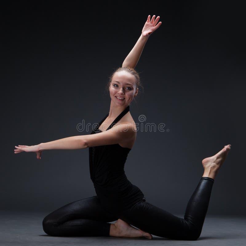 Dança atrativa da jovem mulher foto de stock