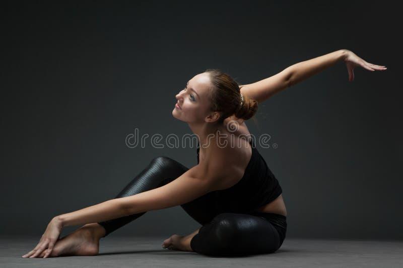 Dança atrativa da jovem mulher imagens de stock royalty free