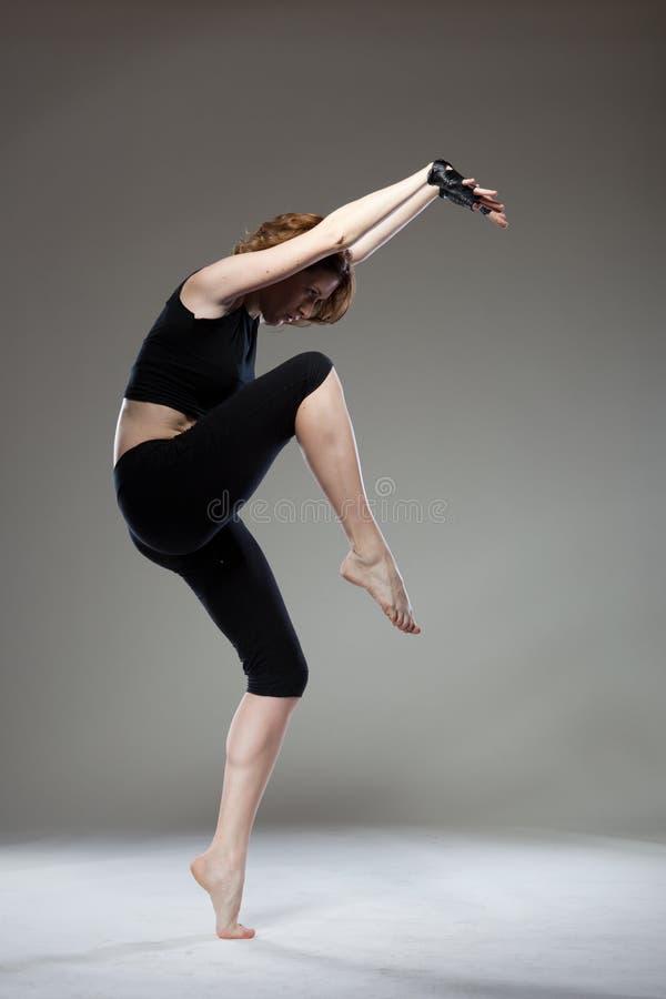 Dança atrativa da mulher nova imagem de stock