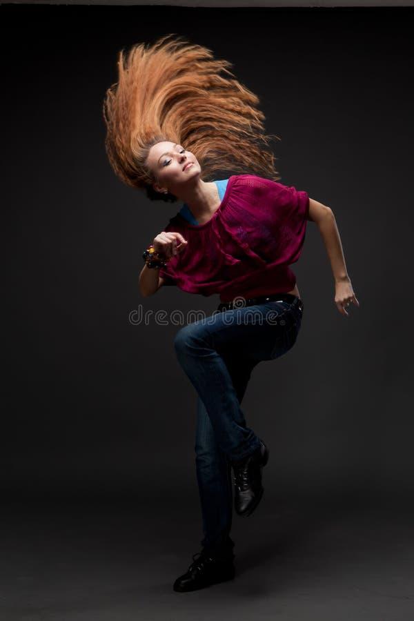 Dança atrativa da mulher nova foto de stock