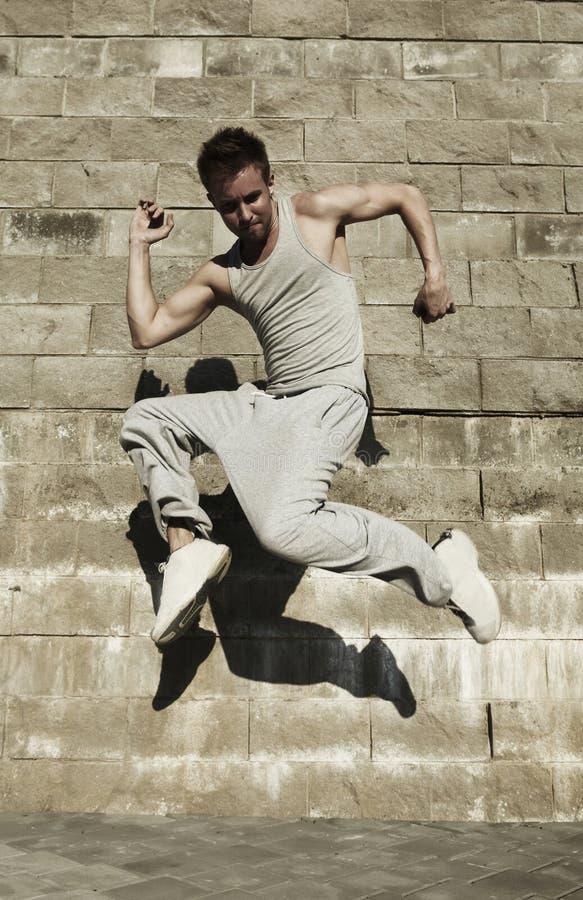 Dança atrativa nova do homem no fundo urbano imagens de stock
