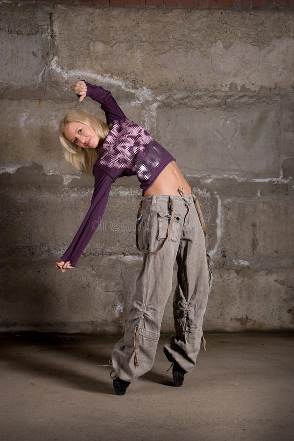 Download Dança Bonita Da Menina Do Lúpulo Do Quadril Sobre A Parede Cinzenta Imagem de Stock - Imagem de jersey, longo: 12803267