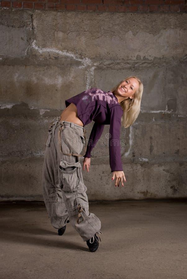 Download Dança Bonita Da Menina Do Lúpulo Do Quadril Sobre A Parede Cinzenta Foto de Stock - Imagem de camisa, cabelo: 12803298