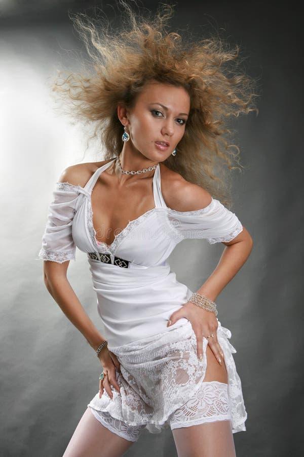 Dança bonita da mulher nova fotos de stock royalty free