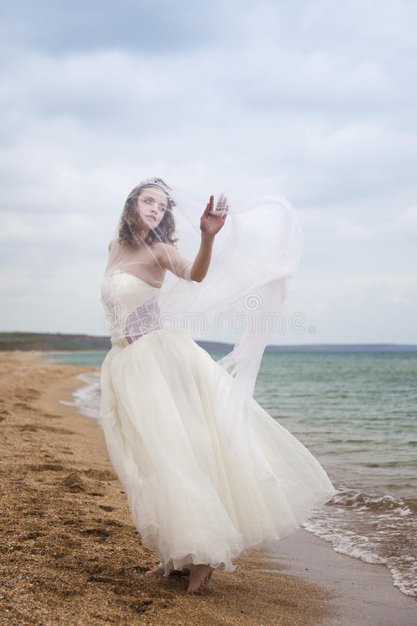 Dança bonita da noiva na praia fotos de stock royalty free