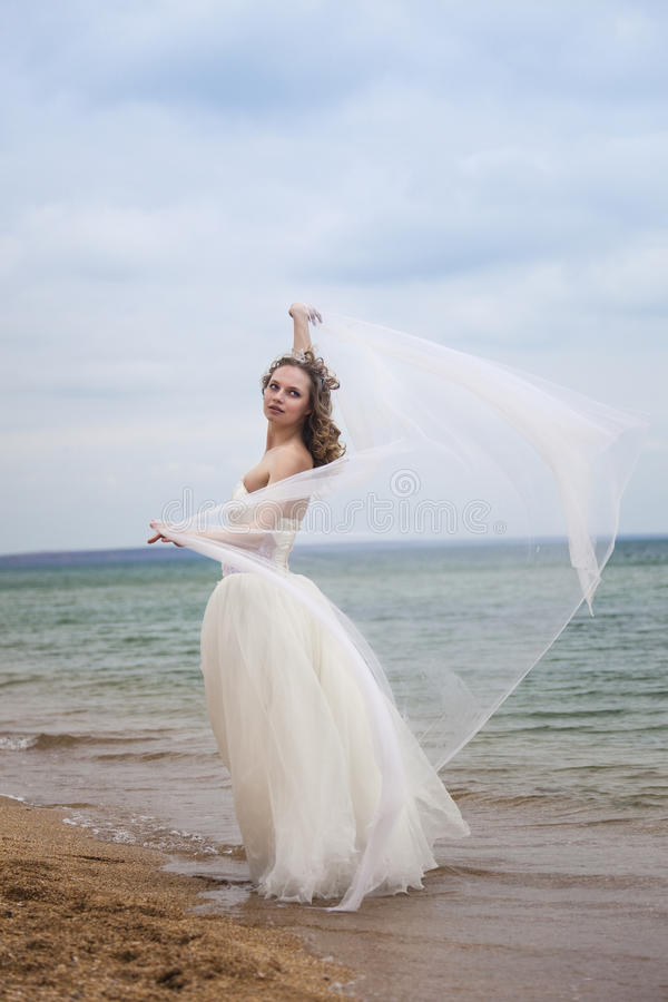 Dança bonita da noiva na praia fotografia de stock