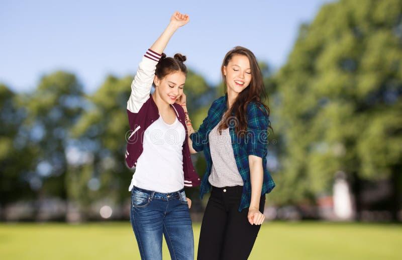 Dança bonita de sorriso feliz dos adolescentes imagem de stock royalty free