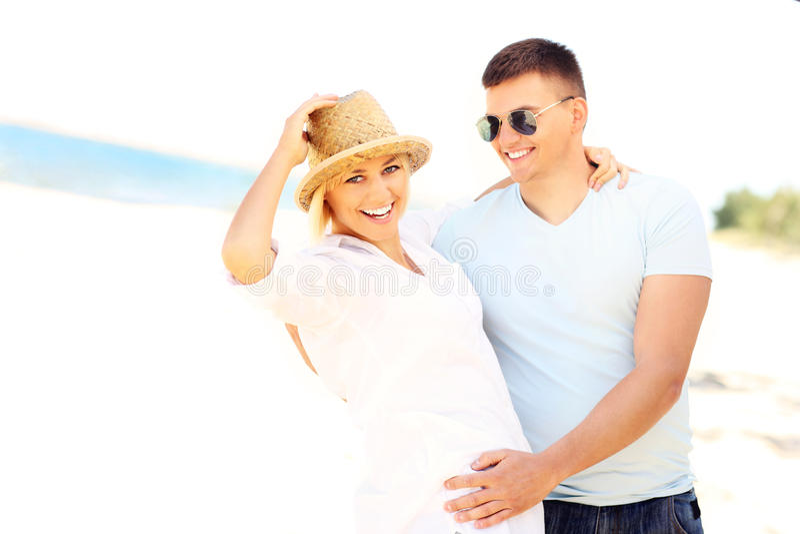 Dança bonita dos pares na praia fotografia de stock royalty free