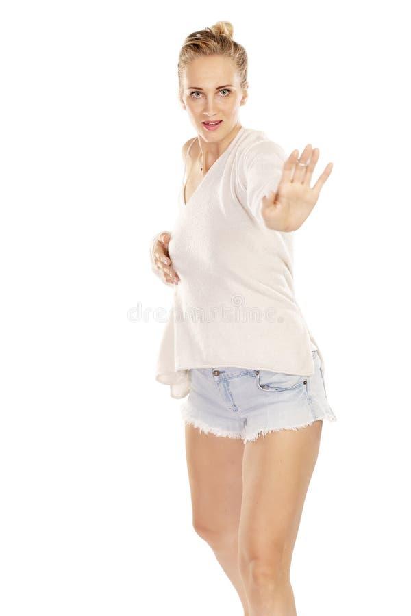 Dança bonita nova da mulher imagens de stock