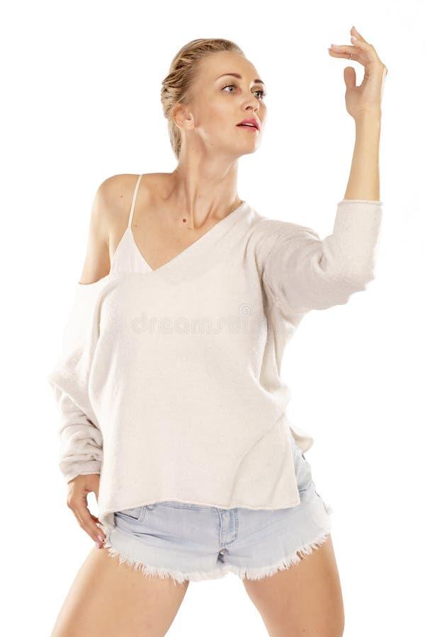 Dança bonita nova da mulher fotos de stock