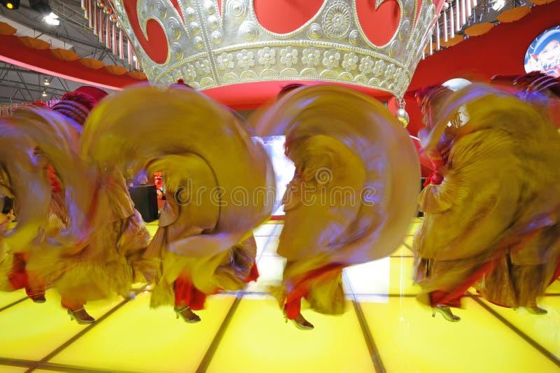 A dança chinesa da menina de Yi foto de stock