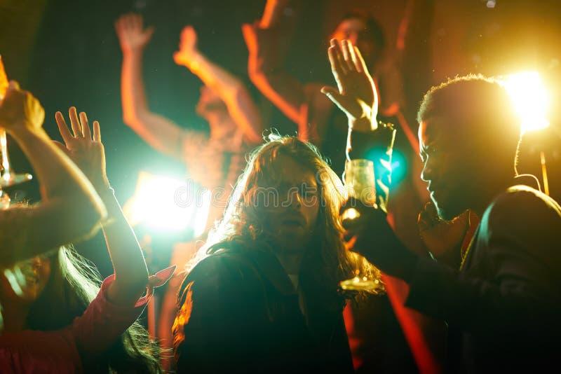 Dança considerável do indivíduo no partido imagem de stock royalty free