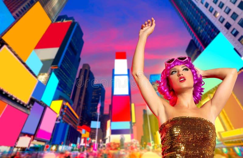 Dança cor-de-rosa da peruca do party girl no Times Square de NYC foto de stock royalty free