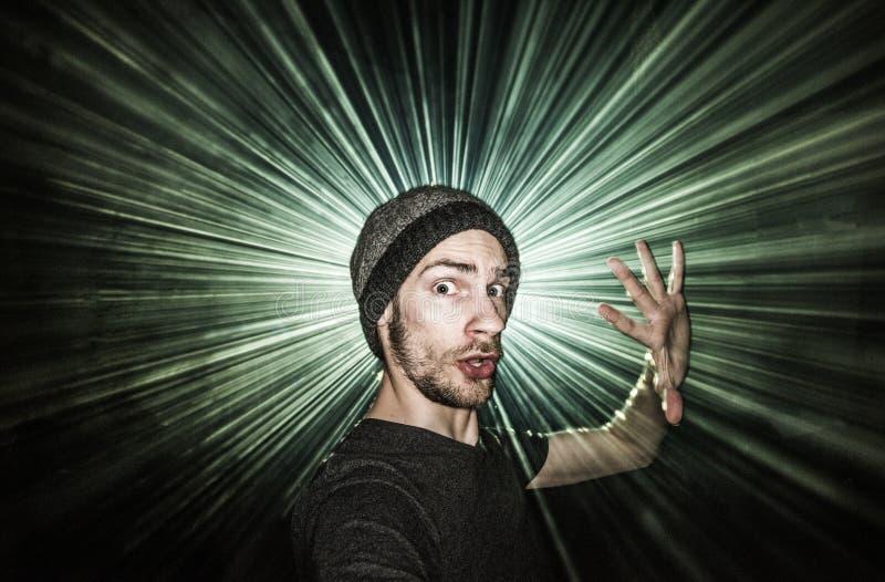 Dança da única pessoa no concerto do entusiasmo com lasers fotos de stock royalty free