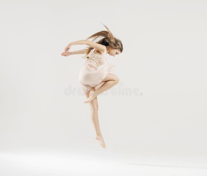 Dança da arte executada pelo dançarino de bailado imagens de stock