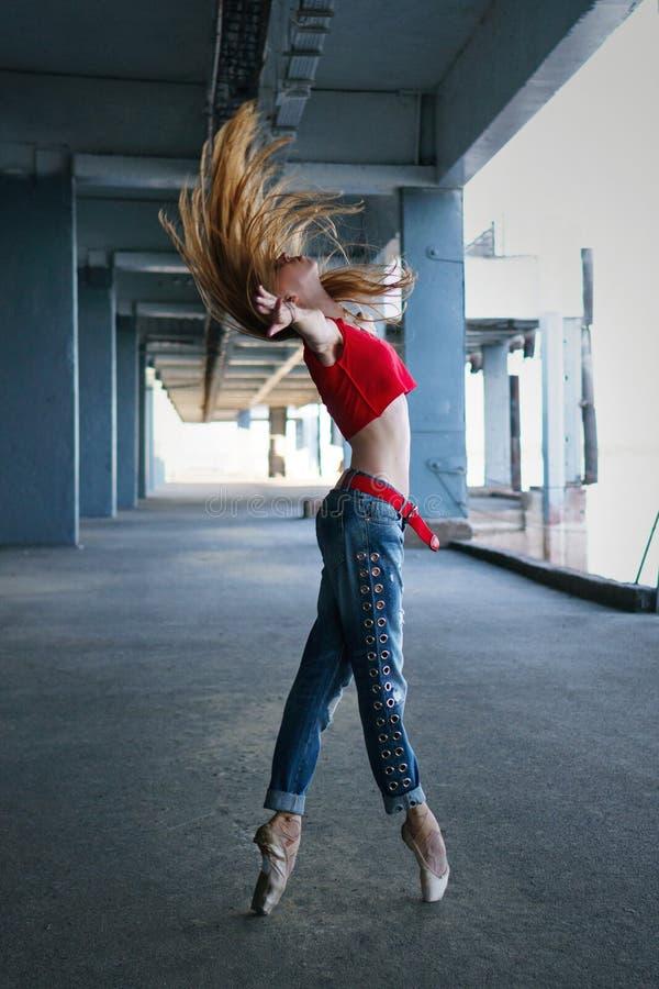 Dança da bailarina Desempenho da rua imagens de stock
