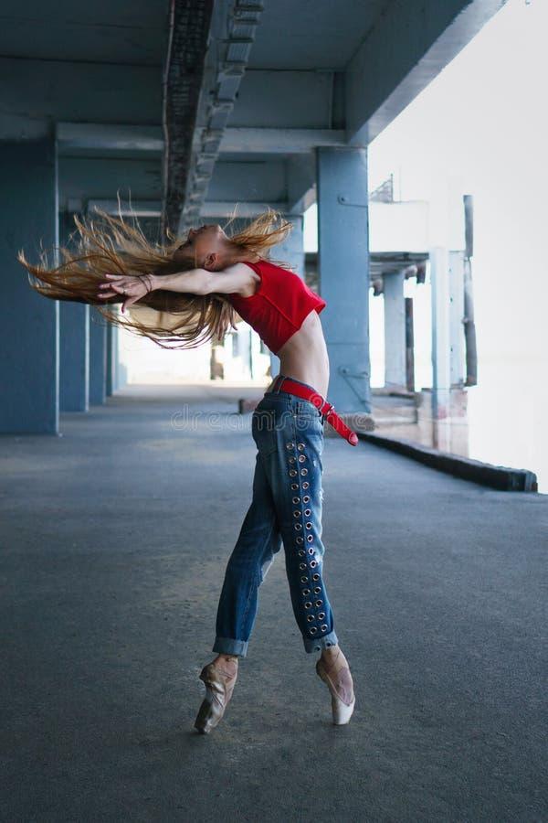 Dança da bailarina Desempenho da rua imagem de stock royalty free
