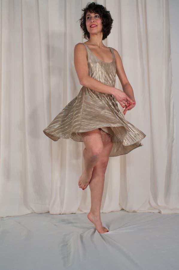 Dança da beleza com saia de vibração Jogo dourado foto de stock royalty free
