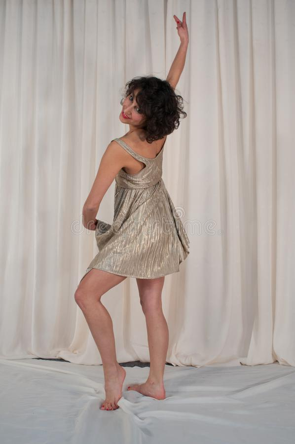 Dança da beleza com saia de vibração Jogo dourado imagens de stock