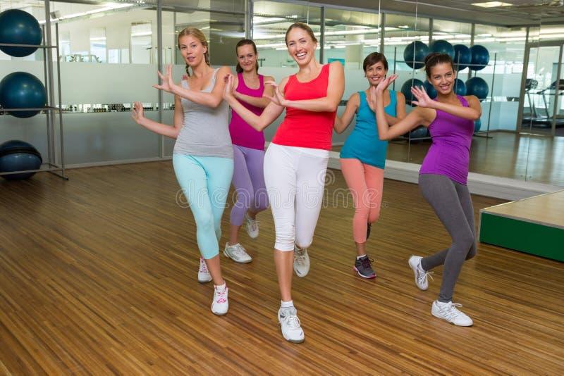 Dança da classe de Zumba no estúdio imagem de stock