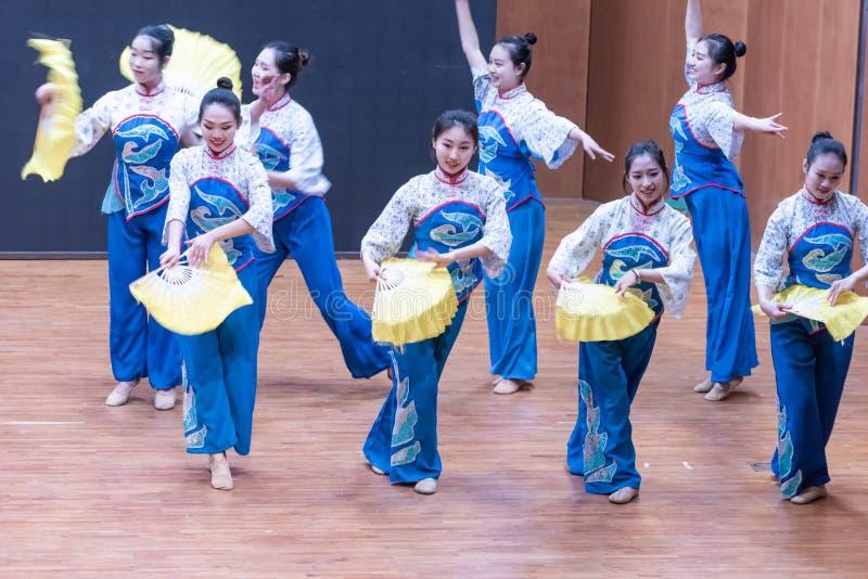 Dança da colheita da menina 4-Tea da colheita do chá - ensaio de ensino a nível do departamento da dança imagens de stock royalty free