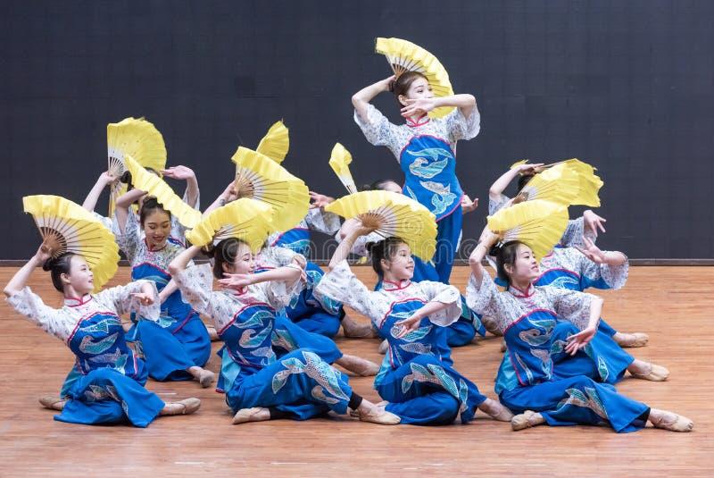 Dança da colheita da menina 4-Tea da colheita do chá - ensaio de ensino a nível do departamento da dança imagem de stock royalty free