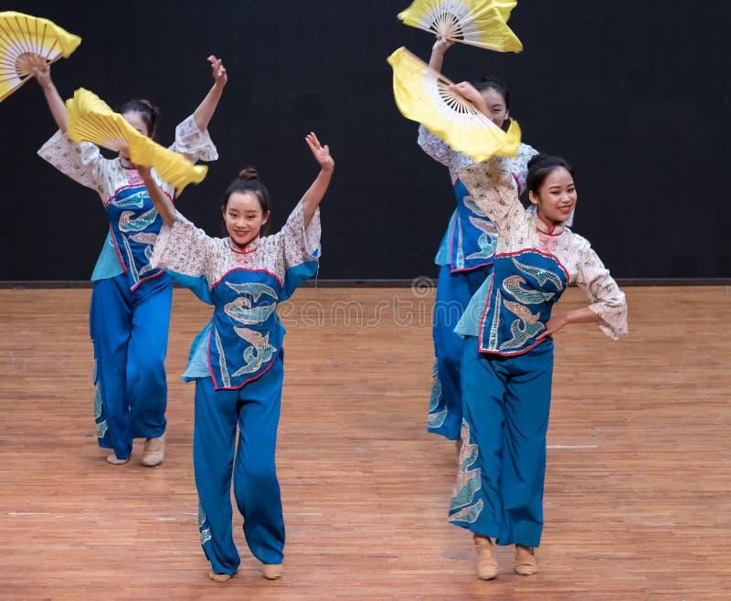 Dança da colheita da menina 5-Tea da colheita do chá - ensaio de ensino a nível do departamento da dança foto de stock