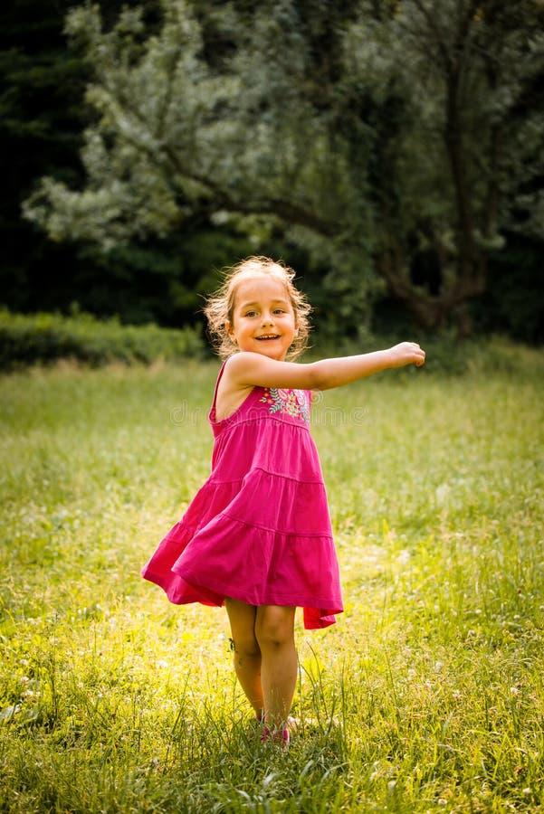 Dança da criança na natureza fotos de stock
