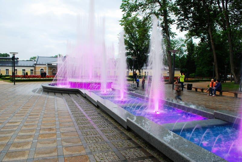 Dança da fonte com música e cores em mudança na cidade de Druskininkai imagens de stock