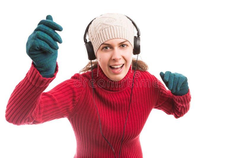 Dança da jovem mulher e música de escuta em fones de ouvido fotografia de stock