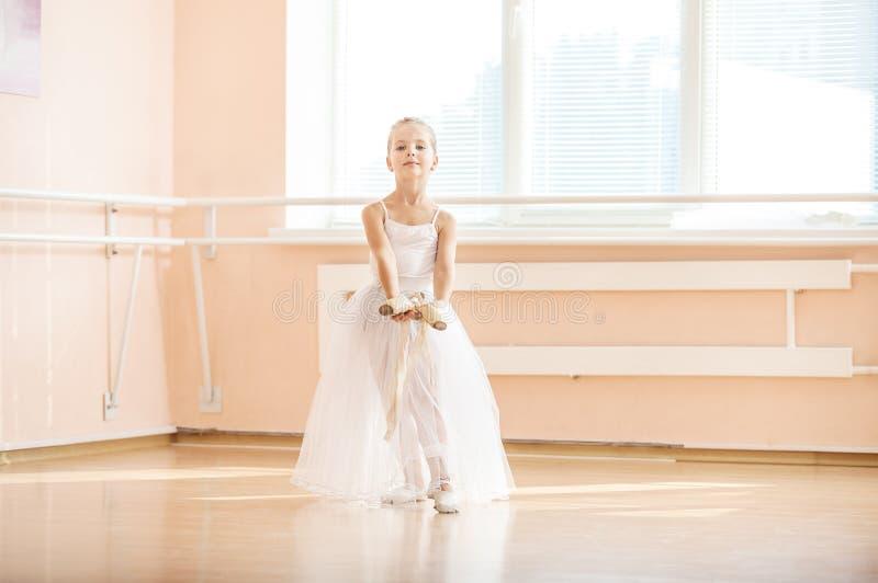 Dança da menina com as sapatas do pointe na classe de dança do bailado fotografia de stock