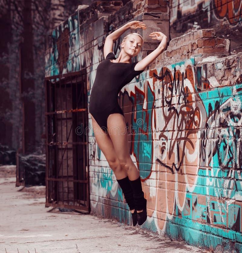 Dança da menina do adolescente da beleza na rua fotografia de stock royalty free