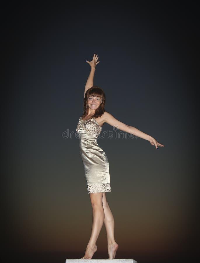 Dança da menina no por do sol fotos de stock royalty free