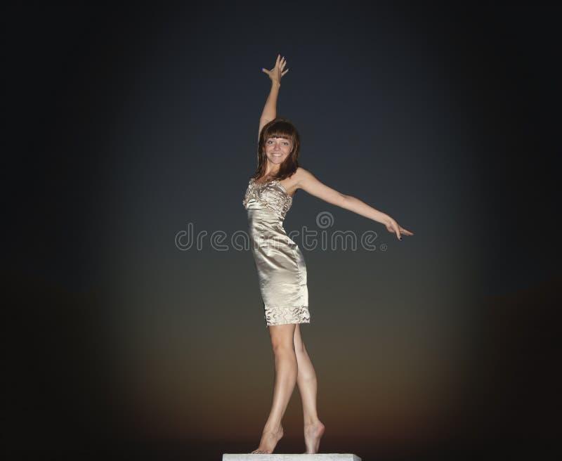 Dança da menina no por do sol fotos de stock