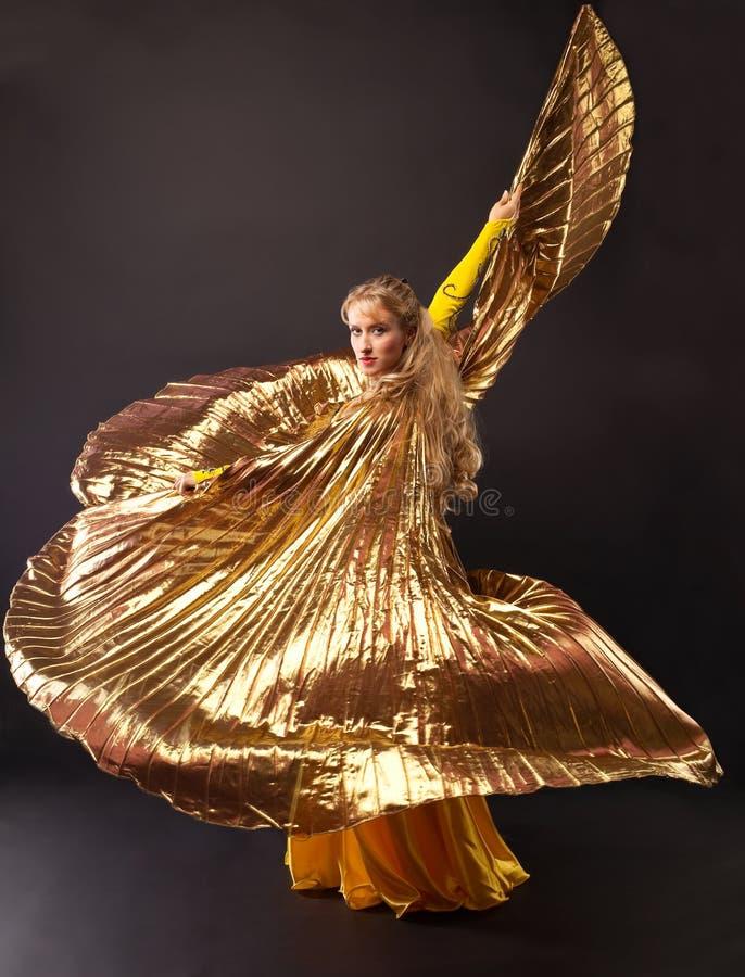 Dança da mulher da beleza com asa do ouro imagens de stock