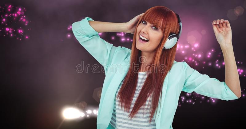 Dança da mulher da hippie ao escutar a música imagens de stock royalty free