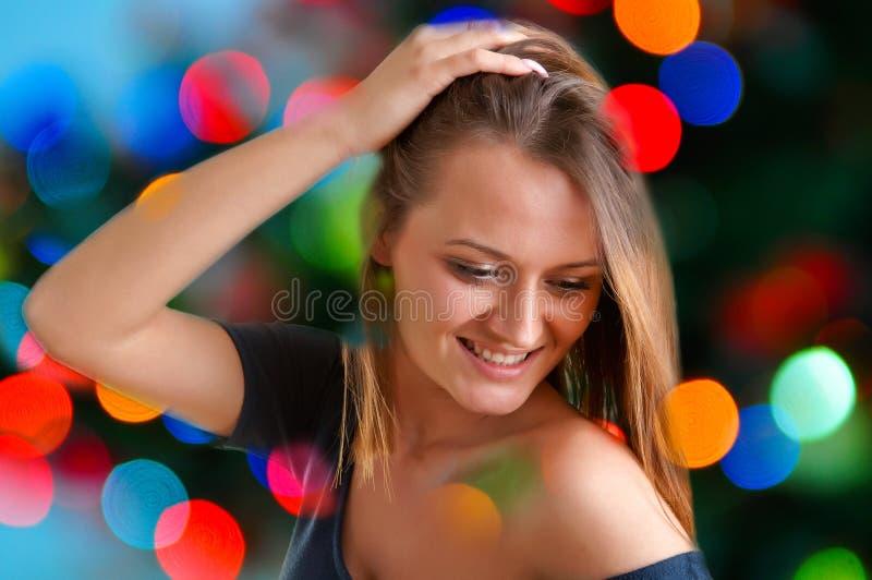 Dança da mulher em um clube foto de stock