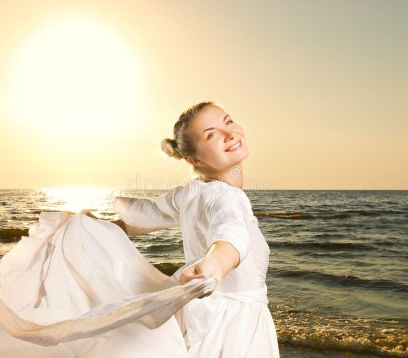 Dança da mulher em uma praia foto de stock