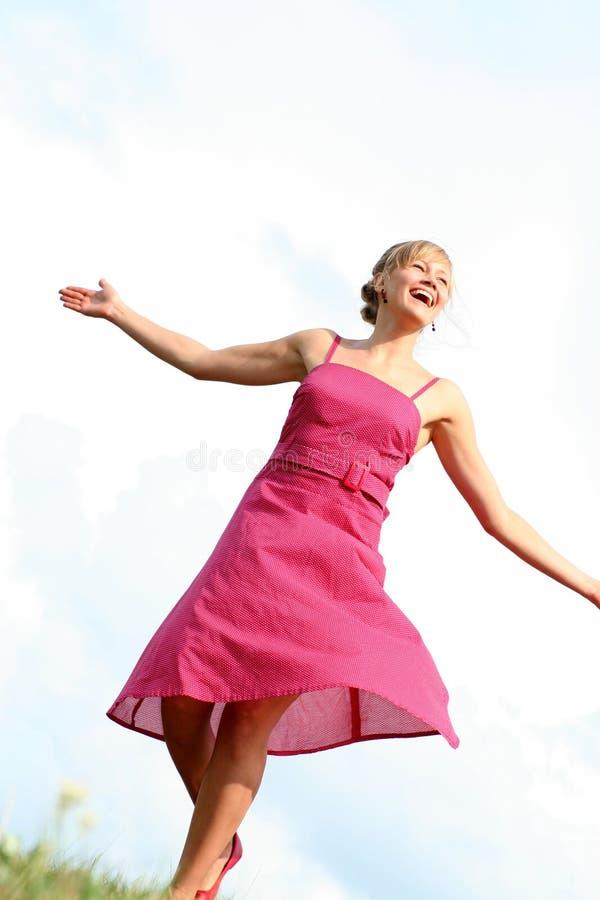 Dança da mulher na grama fotos de stock