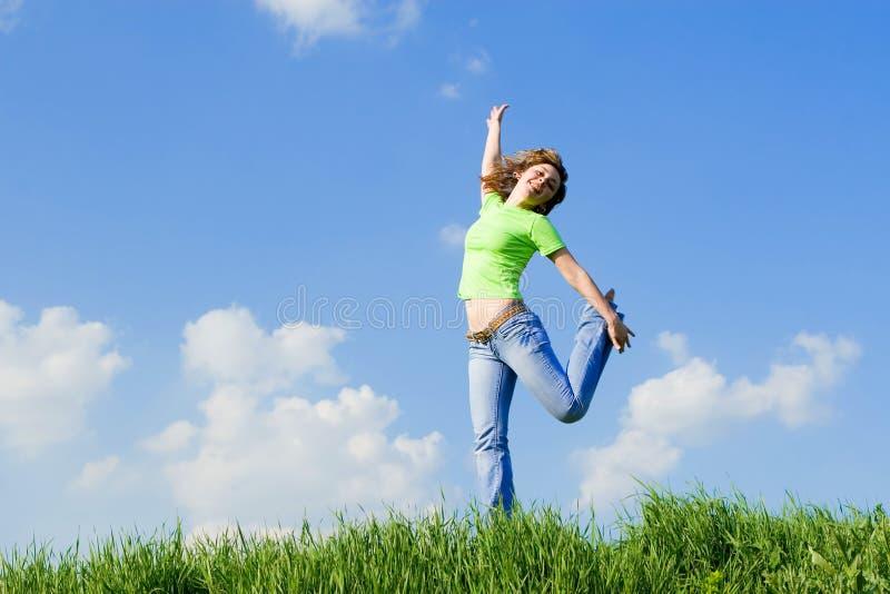 Dança da mulher na grama verde fotos de stock