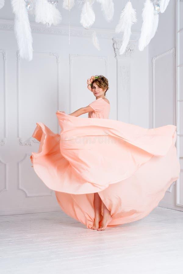 Dança da mulher no voo cor-de-rosa do vestido de noite no vento Tela de ondulação, tiro da forma fotos de stock