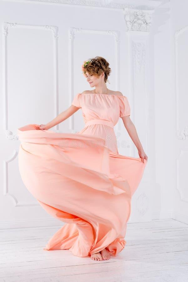 Dança da mulher no voo cor-de-rosa do vestido de noite no vento Tela de ondulação, tiro da forma foto de stock
