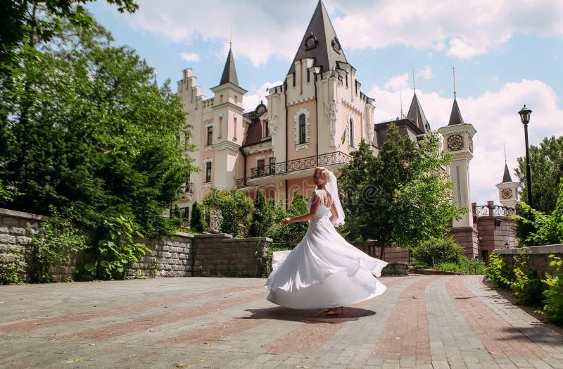 Dança da noiva que gira sobre a construção bonita fotos de stock royalty free